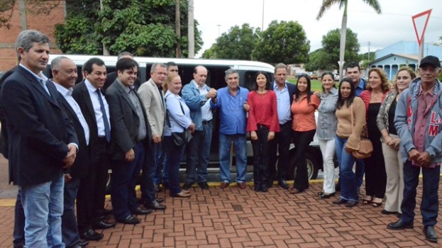 Prefeito Maurílio entrega Van para Transporte Escolar